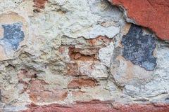 Skadad murbruk på väggen av en gammal byggnad Du kan se royaltyfri fotografi
