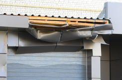 Skadad ramp för att ladda Päfyllningsskeppsdockor skadlig tak skadade rullslutare eller rulldörr Royaltyfria Foton