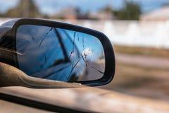 Skadad spegel för bakre sikt arkivbild
