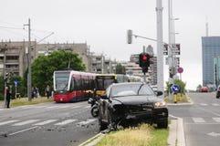 Skadad svart bil efter olycka med spårvagnen Royaltyfria Bilder