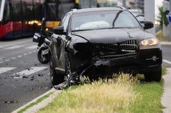 Skadad svart bil efter olycka med spårvagnen Royaltyfria Foton
