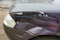 Skadad vinge i en bil efter en olycka Närbild royaltyfri bild