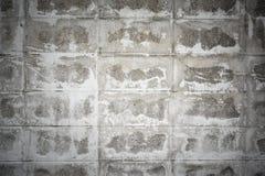 Skadad vit tegelstenvägg Arkivfoto