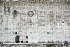 Skadad vit tegelstenvägg Arkivfoton