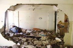 Skadade byggnader efter explosion på den Abbas staden Arkivbild