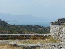 Skadar湖的全景与山的在所有以后与刚毅的古老墙壁的Th细节在阿尔巴尼亚的北部的 库存照片