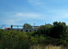 Skadat hus för krig i Bosnien från serbiska styrkor Arkivfoton