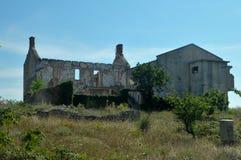 Skadat hus för krig i Bosnien från serbiska styrkor Arkivbilder