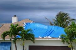 Skadat hus för storm med den skyddande tarpen arkivbilder