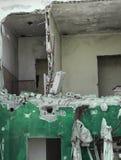 Skadat hus med brutna väggar Royaltyfria Bilder