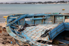 Skadat skepp på stranden Royaltyfri Fotografi