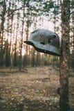 Skadat vid kulor och granatsplittermetallhjälmen av den tyska infanteriWehrmacht soldaten At World War II Royaltyfria Foton