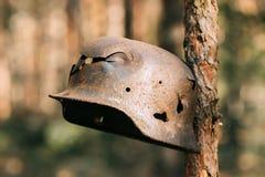 Skadat vid kulor och granatsplittermetallhjälmen av tyskt infanteri Fotografering för Bildbyråer