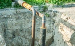 Skadestånd och rekonstruktion för system för stadsfjärrvärmerörledning på gatautgrävningplatsen med svetsade rör royaltyfri foto
