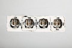 Skadlig hålighet i väggen, farlig elektricitet i huset royaltyfria foton