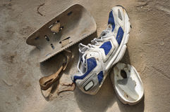 Skadlig sportsko och gammala knäbeskyddanden Arkivbilder