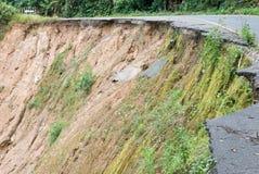 Skadlig väg från jordskred på berg Royaltyfri Bild