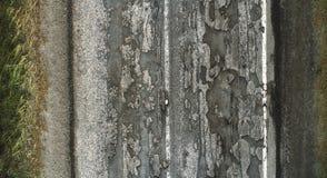 Skadlig väg, sprucken asfaltblacktop med gropar och lappar royaltyfria foton