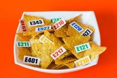 Skadliga mattillsatser Det finns flera tabeller med koden E royaltyfri bild
