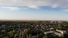 Skadovsk市、儿童` s手段和港口城市的鸟瞰图黑海的 股票录像