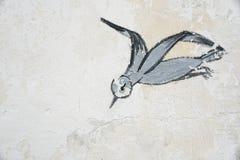 Skadovsk, Украина - 15-ое июня 2017: Птица в полете, рисуя на старой стене побеленной известки, предпосылка, ретро чертеж с uss Стоковые Изображения