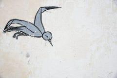 Skadovsk, Украина - 15-ое июня 2017: Птица в полете, рисуя на старой стене побеленной известки, предпосылка, ретро чертеж с uss Стоковые Изображения RF