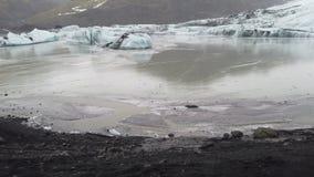 Skaftafell lodowa niecki widok na chmurnym dniu Piękna scena w Iceland, bławy lód blisko Vatnajokull zbiory wideo
