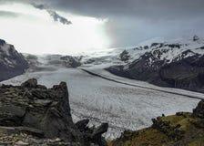 Skaftafellsjokull Glacier: glacier tongue with ice and snow slide down the mountain valley in Skaftafell, South Iceland, Europe. Epic view of Skaftafellsjokull stock photos