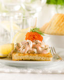 Skagen φρυγανιάς - srimp και χαβιάρι στη φρυγανιά Στοκ Εικόνες