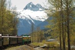 SKAGWAY, ΑΛΑΣΚΑ, ΗΠΑ - 14 Μαΐου - φυσικός σιδηρόδρομος στο άσπρο πέρασμα Στοκ Φωτογραφία