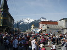 Skagway Alaska 4th av den Juli folkmassan Royaltyfri Bild
