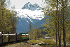 SKAGWAY, ALASKA, USA - 14. Mai - szenische Eisenbahn auf dem weißen Durchlauf Stockfotografie