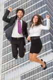 Skakać nad budynkiem biurowym Zdjęcia Royalty Free