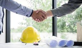 Skaka händer av samarbete, konstruktionsteknik eller bågen royaltyfri foto