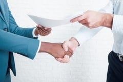 Skaka händer, når underteckning av affärsavtalet royaltyfri foto