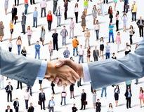 Skaka händer på en bakgrund Royaltyfri Fotografi
