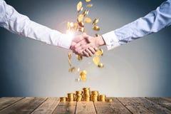 Skaka sparar händer med pengar Fotografering för Bildbyråer