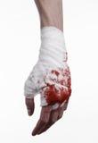 Skakade hans blodiga hand i en förbinda som var blodig förbinder, kampklubban, gatakampen, det blodiga temat, vit bakgrund som is Royaltyfria Foton