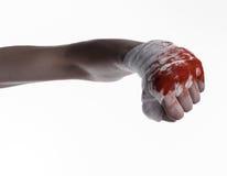 Skakade hans blodiga hand i en förbinda som var blodig förbinder, kampklubban, gatakampen, det blodiga temat, vit bakgrund som is Arkivfoto