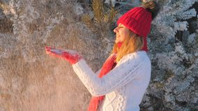 Skakar den glade kvinnan för skönhet som har gyckel i vintern som blåser snö, tumvanteultrarapid arkivfilmer
