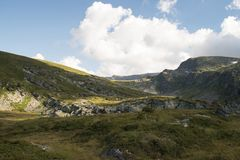 Skakavica dal i det Rila berget arkivfoto