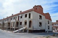 Skal av hus som är inpassade ut Arkivbild