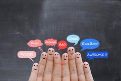 Skala för kundtillfredsställelse och intygbegrepp med lyckliga mänskliga fingrar Royaltyfria Bilder