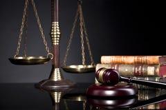 Skala Gerechtigkeit und Richter ` s von Holzhammer und von Gesetzbüchern stockfotografie