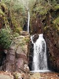 Skala-Kraft-Wasserfall Stockfotos