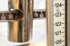 Skala mit dem Meter, zum des Gewichts und der Höhe des Patienten zu messen Stockbild