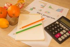 Skala mit gesunder Herzmitteilung und messendes Band auf Tabelle Frauenbauch mit messendem Band als Gurt, getrennt auf weißem Hin Lizenzfreies Stockfoto