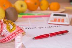 Skala mit gesunder Herzmitteilung und messendes Band auf Tabelle Frauenbauch mit messendem Band als Gurt, getrennt auf weißem Hin Lizenzfreies Stockbild
