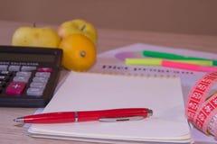 Skala mit gesunder Herzmitteilung und messendes Band auf Tabelle Frauenbauch mit messendem Band als Gurt, getrennt auf weißem Hin Lizenzfreie Stockfotografie