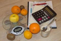 Skala mit gesunder Herzmitteilung und messendes Band auf Tabelle Frauenbauch mit messendem Band als Gurt, getrennt auf weißem Hin Stockbild